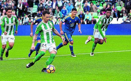 Rubén lanza el penalti con el que batió por última vez al Celta, en el duelo de la primera vuelta.