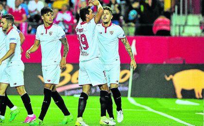 El brasileño Paulo Henrique Ganso celebra uno de sus dos goles como sevillista ante el Granada.