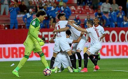 Los jugadores del Sevilla celebran el primer gol de Ganso.