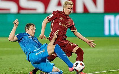 Moritz Bauer, de rojo, intenta rematar una jugada ante el Zenit.