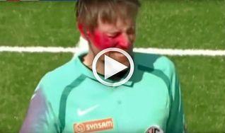 Un hincha salta al campo y rocía la cara del árbitro con un spray