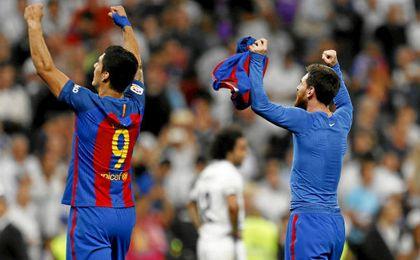 Messi y Suárez celebran la victoria en el Bernabéu.