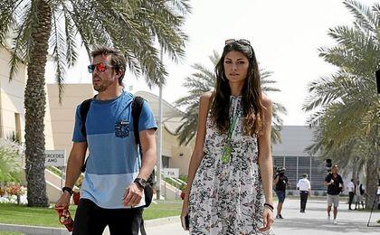 Alonso, junto a su novia, Linda Morselli.