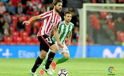 Yeray conduce el balón ante la mirada de Rubén Castro.