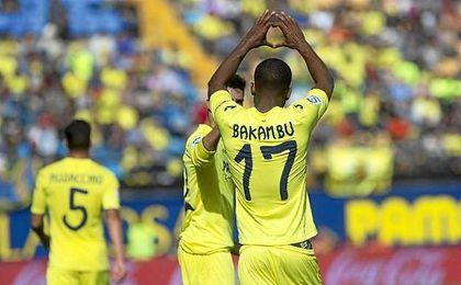 Bakambu celebra un gol con el Villarreal.