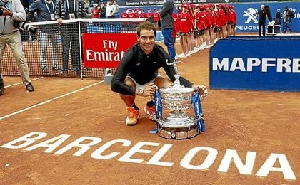 Nadal posa con su décimo trofeo de Conde de Godó.