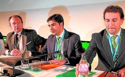 Ernesto Sanguino, a la izquierda, junto a Ángel Haro y José Miguel López Catalán.