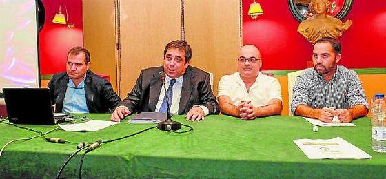 José Tirado, segundo comenzando por la izquierda, durante una reciente asamblea de Por Nuestro Betis, plataforma que preside.
