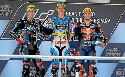 Alex Márquez, en el centro, junto a Bagnaia (segundo) y Oliveira (tercero).