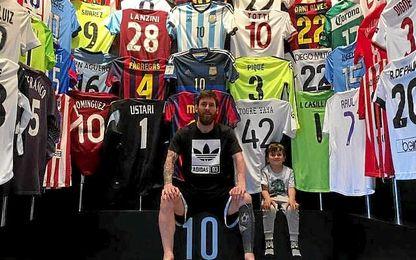 El argentino muestra su colección de camisetas.