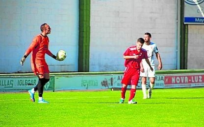 El meta loreño Isaac se dispone a sacar de puerta en el pasado Pozoblanco-Lora (2-0).