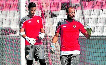 Beto y Sergio Rico, en un entrenamiento con el Sevilla.