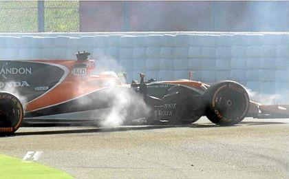 El coche de Alonso vuelve a romperse