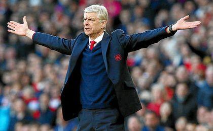 Wenger seguirá decidiendo sobre fichajes.