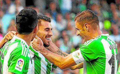 Joaquín y Dani Ceballos se abrazan tras el gol del utrerano.