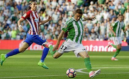 Joaquín dispara a puerta en el partido ante el Atlético.