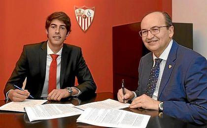 Carlos Fernández firma su nuevo contrato con José Castro.