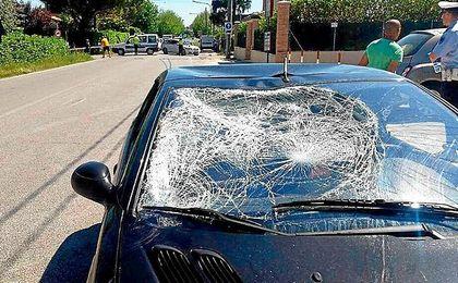 Así quedó la luna del coche tras el impacto.
