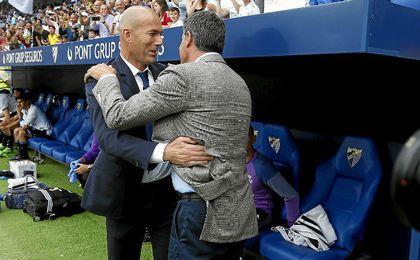 Zidane saluda a Míchel antes del encuentro en La Rosaleda.