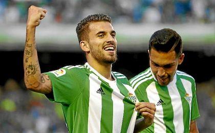Ceballos celebra un gol con el Betis.