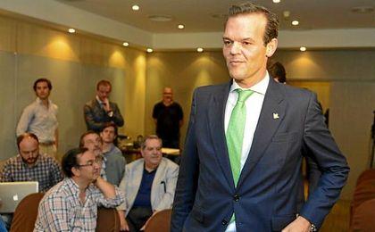 Rafael Salas, abogado sevillano de 43 años, se presenta como alternativa a Haro y Catalán.