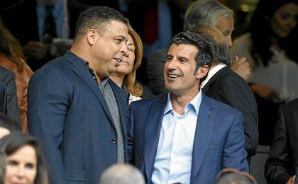 Figo, con Ronaldo en el palco del Bernabéu.