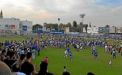 Imagen de la celebración del Écija sobre el césped del San Pablo.