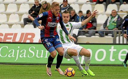 Samu Sáiz, en un partido con el Huesca.