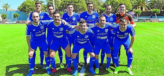 El UD San Fernando posa momentos antes del inicio de un encuentro liguero.