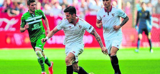 Stevan Jovetic conduce el balón durante el partido contra el Leganés en Nervión.