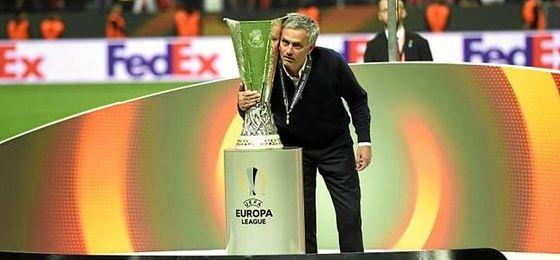Mourinho, junto a la Europa League.