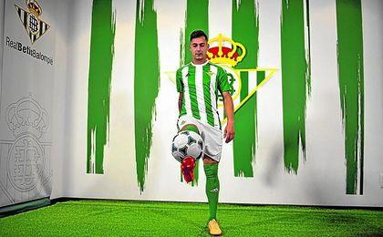Sergio León le da toques a un balón el día de su presentación.