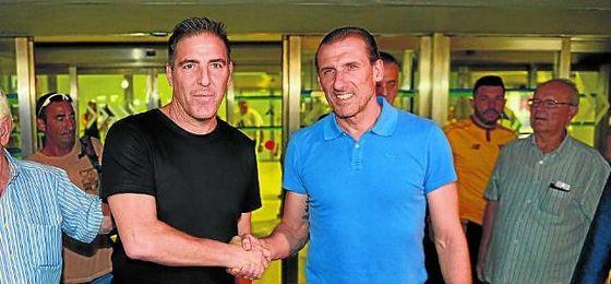 Óscar Arias recibió en el aeropuerto de Sevilla a ´Toto´ Berizzo.
