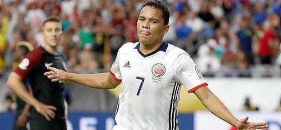 Bacca celebra un gol con la camiseta de Colombia.