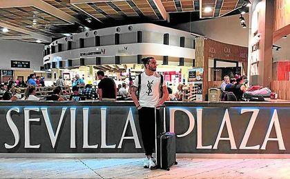 Chico colgó ayer esta foto en el aeropuerto de Sevilla.