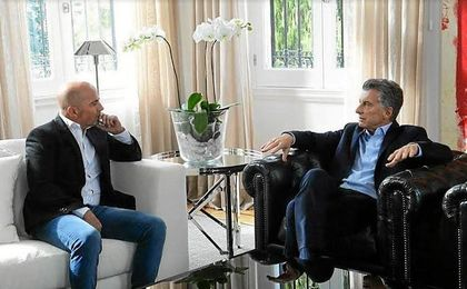 Sampaoli, dialogando con Macri.