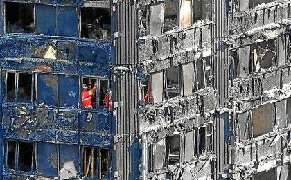 Imagen de los bomberos en los pisos incendiados de la Torre Grenfell.