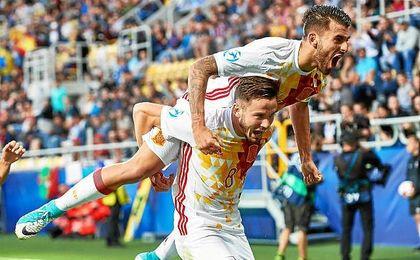 Ceballos celebra con Saúl el primer gol de España.