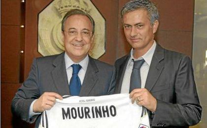 José Mourinho, exentrenador del Madrid, junto a Florentino Pérez.