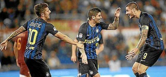 Jovetic y Banega celebran un gol junto con Icardi.
