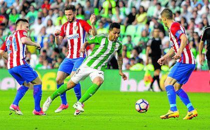 Gameiro, Saúl Ñíguez y Gabi presionan a Petros durante el último Betis-Atlético de Madrid.