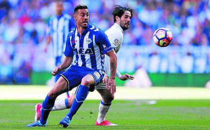 Víctor Camarasa, cedido en la 16/17 en el Alavés, pugna por un balón con el madridista Isco.