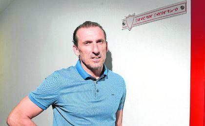 Óscar Arias posa junto a su nuevo despacho en las oficinas del Sánchez Pizjuán.