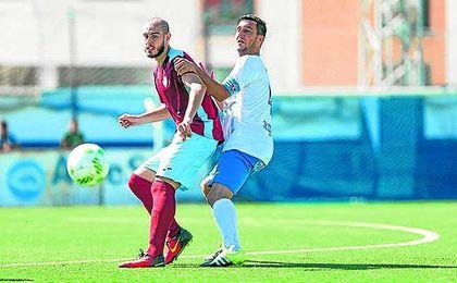 Antonio Sánchez (izquierda) recibe el esférico ante la presión del central castillejano Jaime.