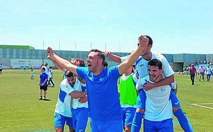 El Alcalá celebra efusivamente su sufrida permanencia de la pasada temporada.