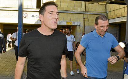 Eduardo Berizzo, que fue recibido por Óscar Arias en el aeropuerto de Sevilla, llegó vestido de negro, como su antecesor, pero con aires más terrenales.