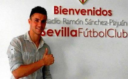 Corchia posa en las instalaciones del Sevilla.