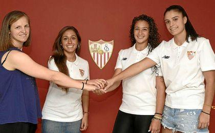 Oliva Polvillo, Rocío Delgado y Marta Carrasco, junto a Amparo Gutiérrez.