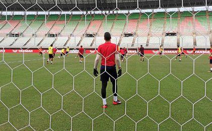 El Sevilla se ejercita en las instalaciones del Yanmar Stadium Nagai.