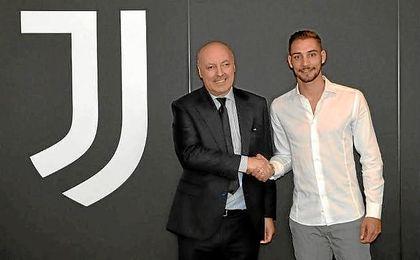 De Sciglio, tras pasar el reconocimiento médico con la Juventus.